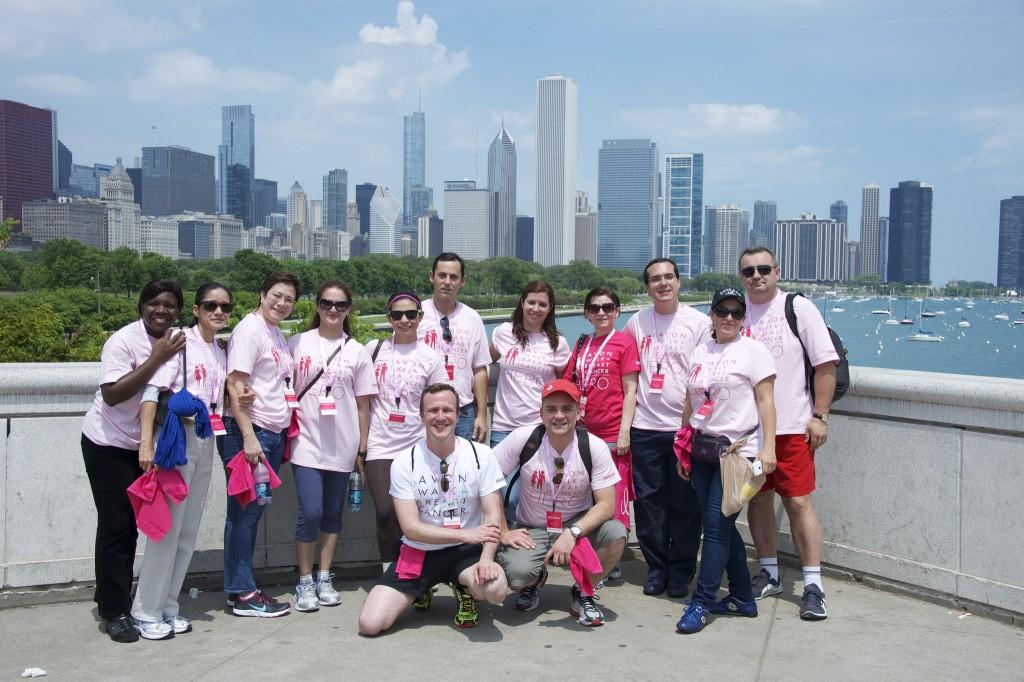 Les membres du programme international de bourses d'études Avon souriant devant le paysage urbain
