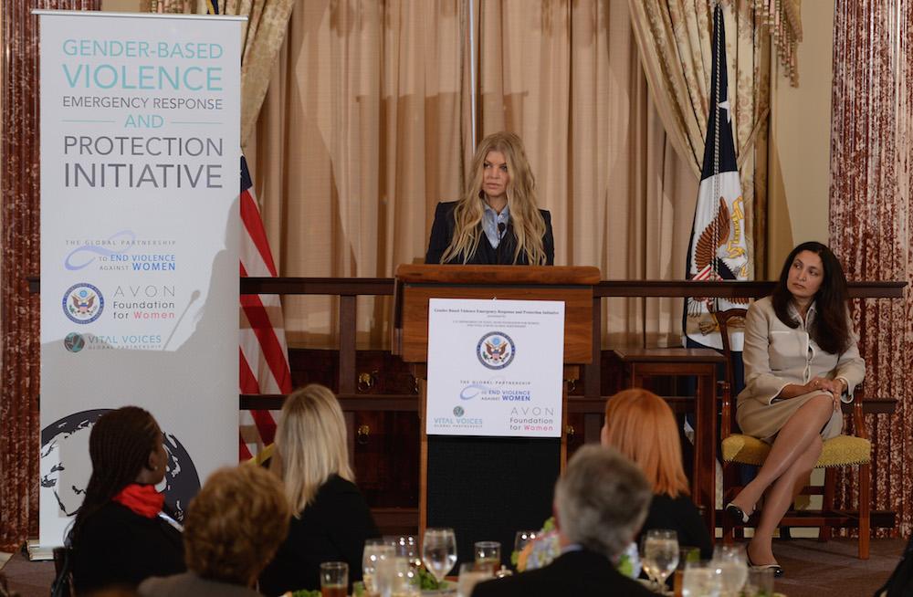 La célèbre Fergie, ambassadrice Avon à l'échelle mondiale, s'exprime devant un panel sur la violence familiale